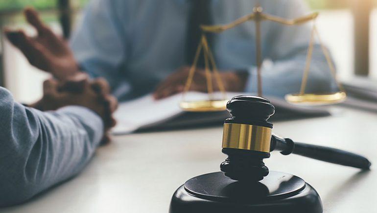 الاستشارات القانونية ؛ المحاماة