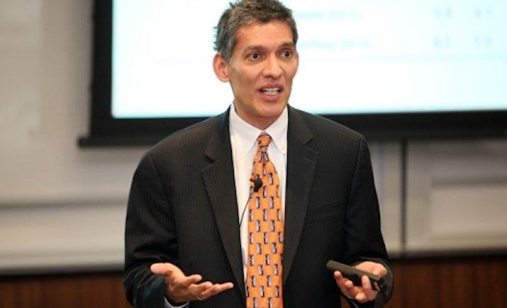 إسوار براساد أستاذ الاقتصاد بجامعة كورنيل وزميل بارز فى معهد بروكينجز