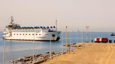 وصول أول سفينة تجارية لميناء الطور منذ سنوات
