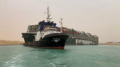 بواسطة 8 قاطرات عملاقة.. قناة السويس تواصل جهودها لتعويم السفينة الجانحة