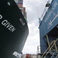 بلومبرج: الشركات العالمية تبدأ فى دراسة الخيارات البديلة للشحن عبر قناة السويس