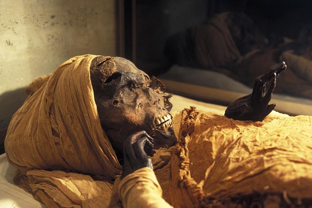 Parade transporting mummies