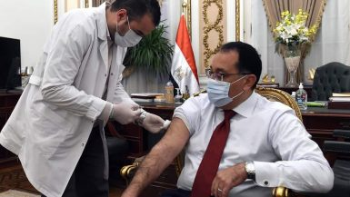 """رئيس الوزراء يتلقى اللقاح المضاد لفيروس """"كورونا"""""""